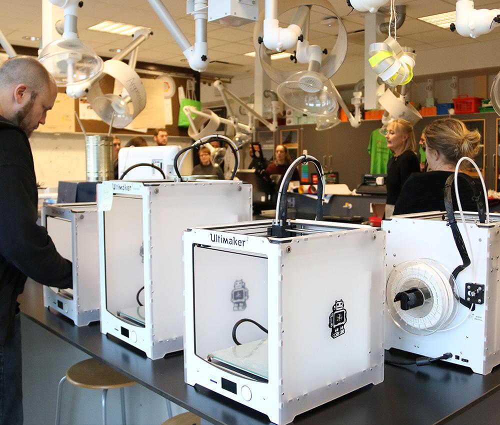 3D priner i brug i et fablab med lærer og elever