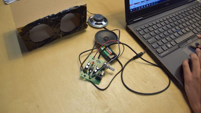 Elektronik og elementer til en højtaler