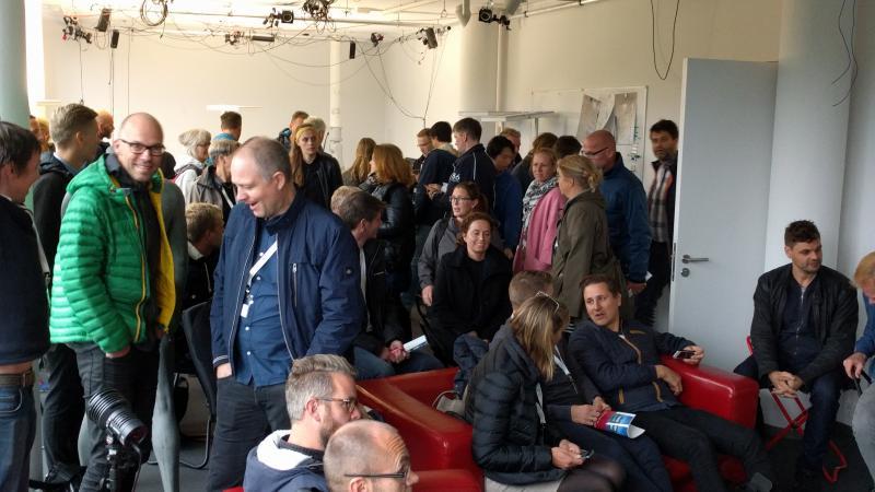 utroligt mange lærer samlet i et lokale, alle snakker og er i godt humør
