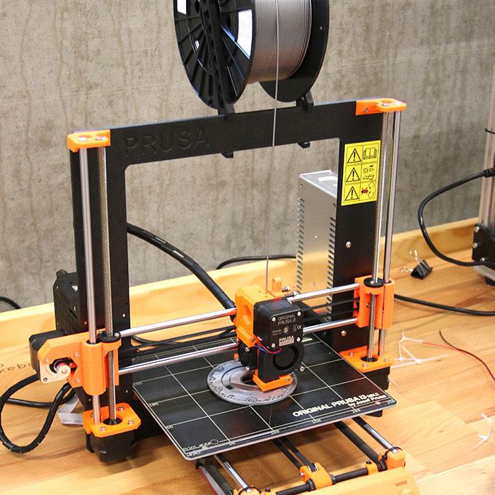 En Prusa 3D printer, som samles og kalibreres af pionererne som den første opgave i deres grunduddannelse – hvorefter de anvender den i egen lokale skolepraksis.