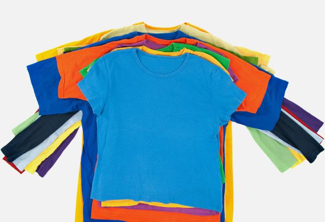 t-shirt og langærmet t-shirts lagt i en bunke.