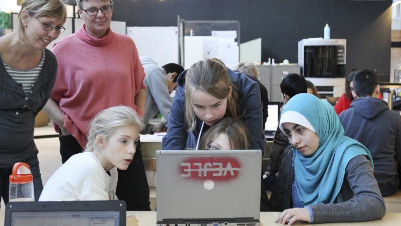 elever optaget af at kigge på bærbarcomputer
