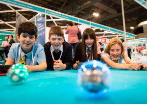 4 elever leger med robotkugler