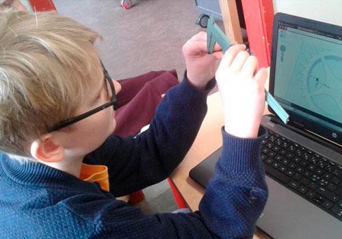 dreng måler genstand for at kunne lave en nøjagtig 3D copi