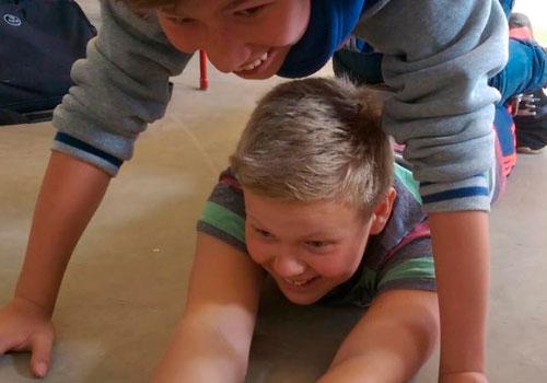 to drenge leger på gulv