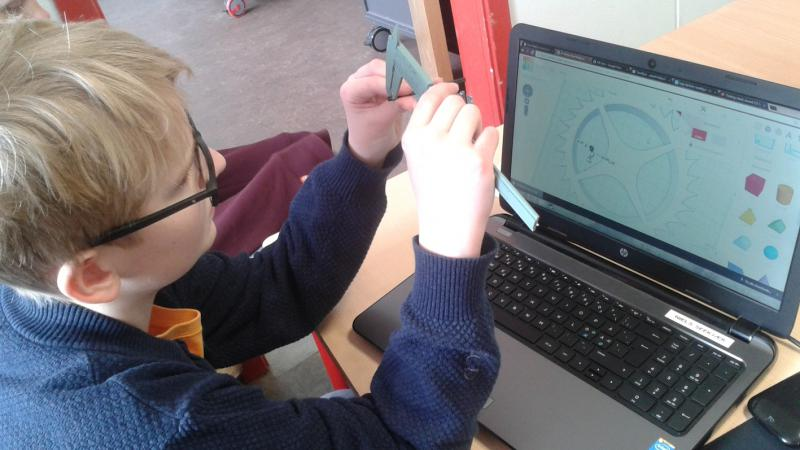 dreng måler fysik objekt til præcisering af må i 3d program.