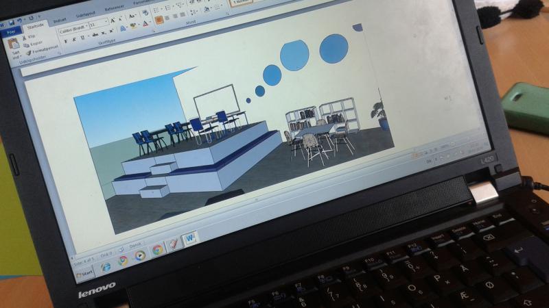 3d visualisering af indendørs klasselokale med borde og stole på hævet platform.