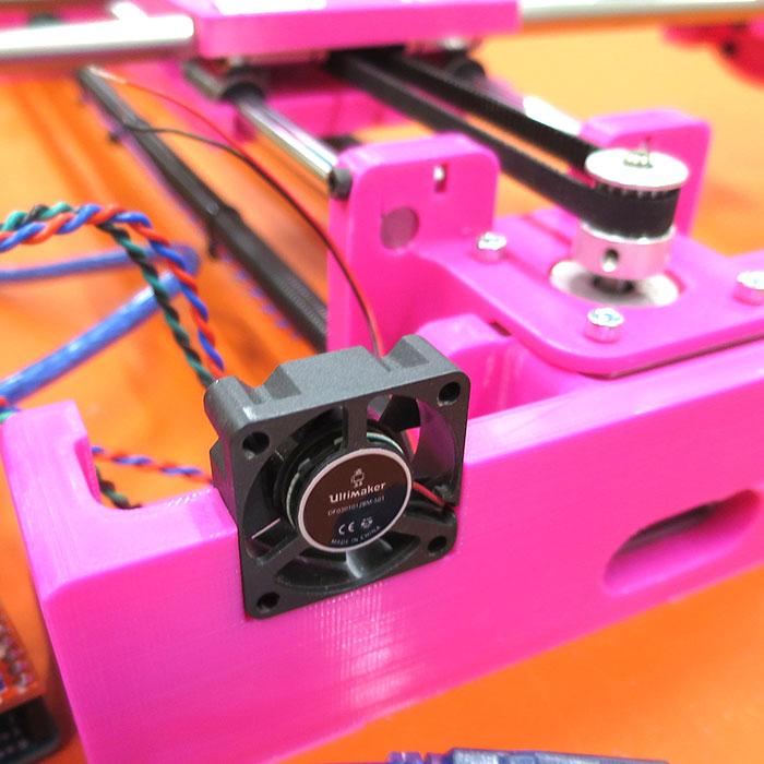 En tegnemaskine bygget af en praktikant i FabLab@SCHOOLdk, hvor de elektroniske dele er købt og sammensat af egne 3D printede elementer og materialer fra det lokale byggemarked