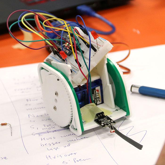 En linjerobot, som er udviklet af en pioner i forbindelse med uddannelsesforløb i lab'et