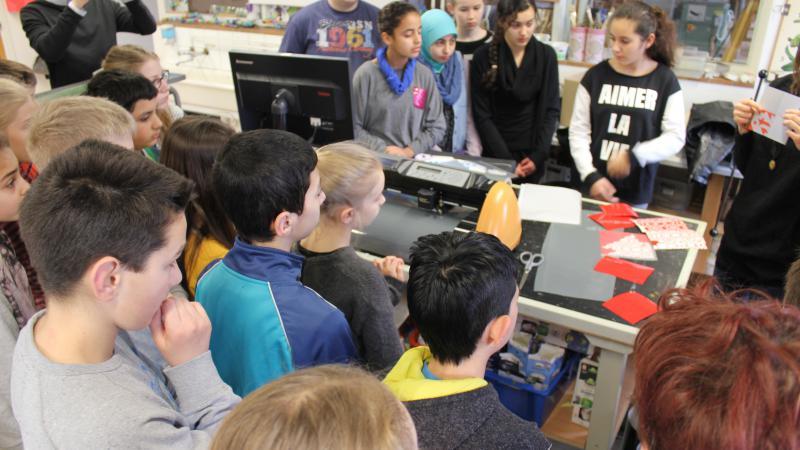 elever kigger på vinylskærer