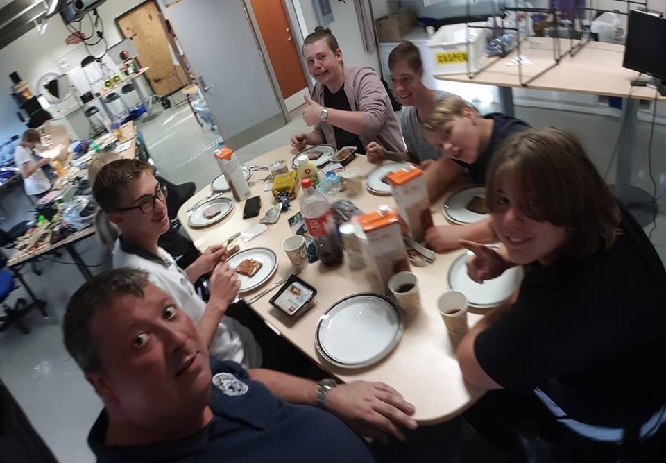 Elever spiser morgenmad ved morgenbord og giver tumbsup