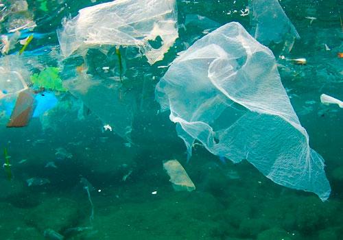 plastik stykker flyder rundt i havet