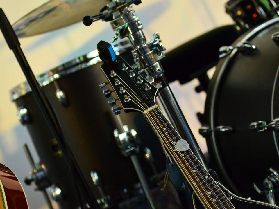 udsnit af musiklokale med elekstrisk guitar og tromme