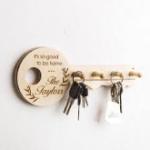 stor nøgle i træ med kroge til at hænge nøgler på