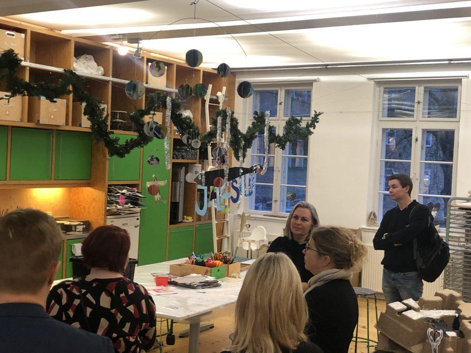 Klasselokale med julepynt og folk der besøger julestuen