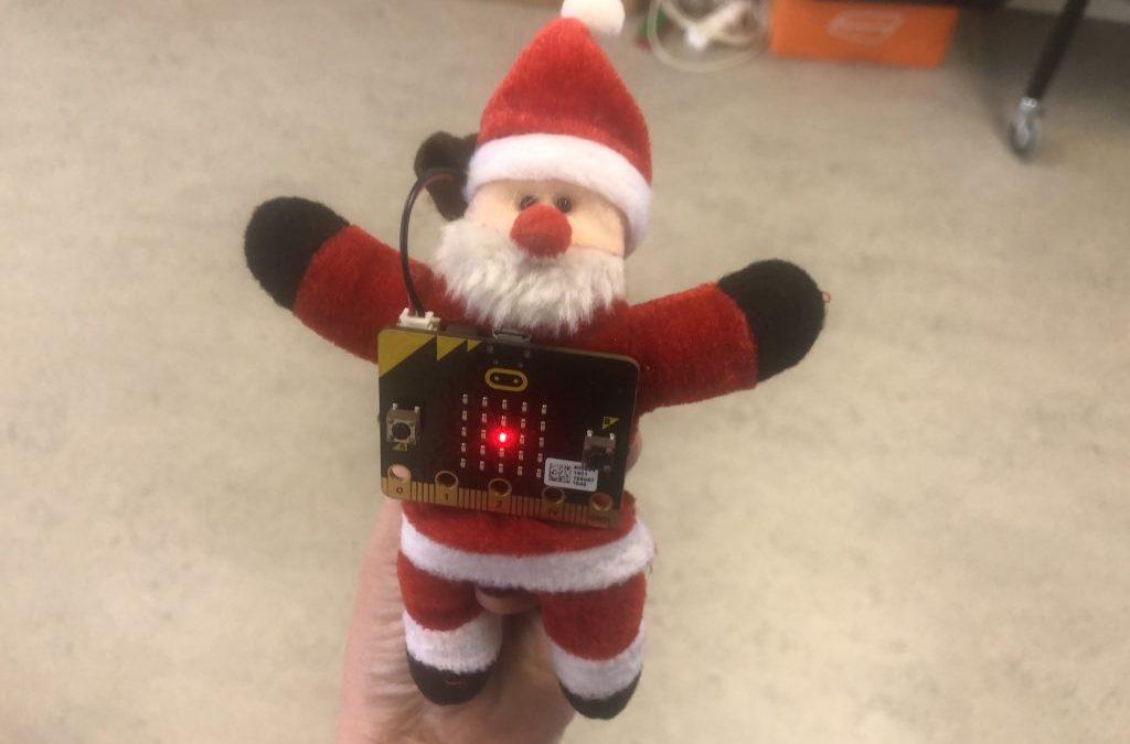 nissemand med elektronisk plade foran der lyser med en rød lysdiode