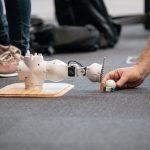 lille hvid robotgenstand der skal kunne skyde til en golfkugle