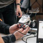 robotbil tilkoblet computer, hvor den bevægelser bliver programmeret