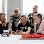 ung mand viser robotbils funktion til fire voksne