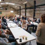 Foredragsholder og rum fuld aflyttende mennesker