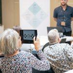 Tilhører tager billeder af Foredragsholder med sin ipad