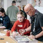 Elev viser lærer hvordan man laver silketryk