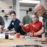 Elev forklarer lærer hvordan man laver silketryk