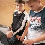 To elever, har gang i elektronisk eksperiment sammen med deres bærbar computer
