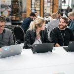 tre voksne ved deres bærbar computer