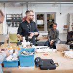 4 mænd leger med elektronik og lego