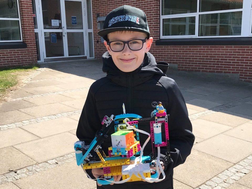 Magnus Lund med sin Lego Spike løsningsmaskine