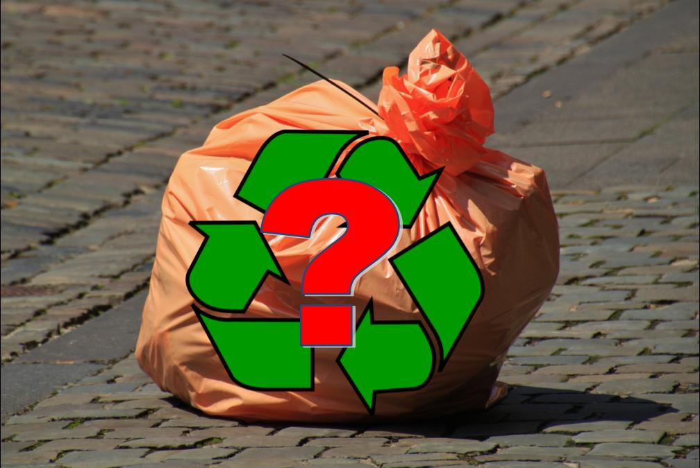 Orange plastikbærepose lukket med strips - og med et symbol på genbrug med et spørgsmålstegn foran