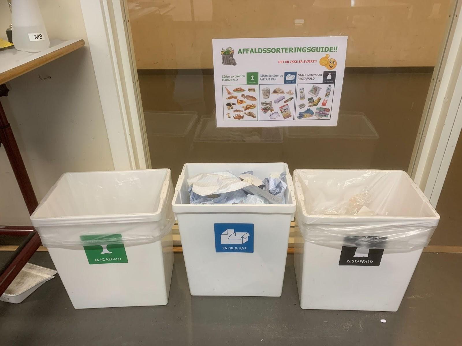 Affaldssorteringsguide og tre spande til hhv. madaffald, papir/pap og restaffald