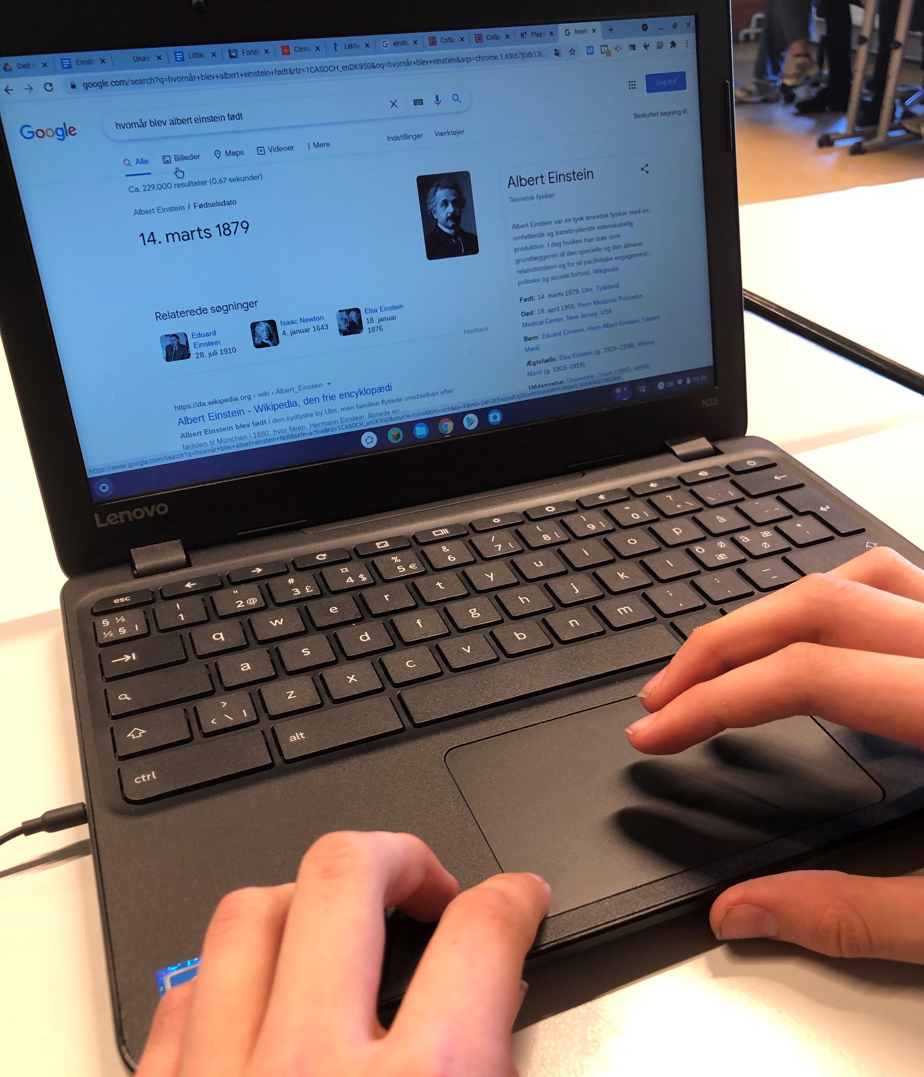 Elev der søger på nettet efter oplysninger om historiske matematikere