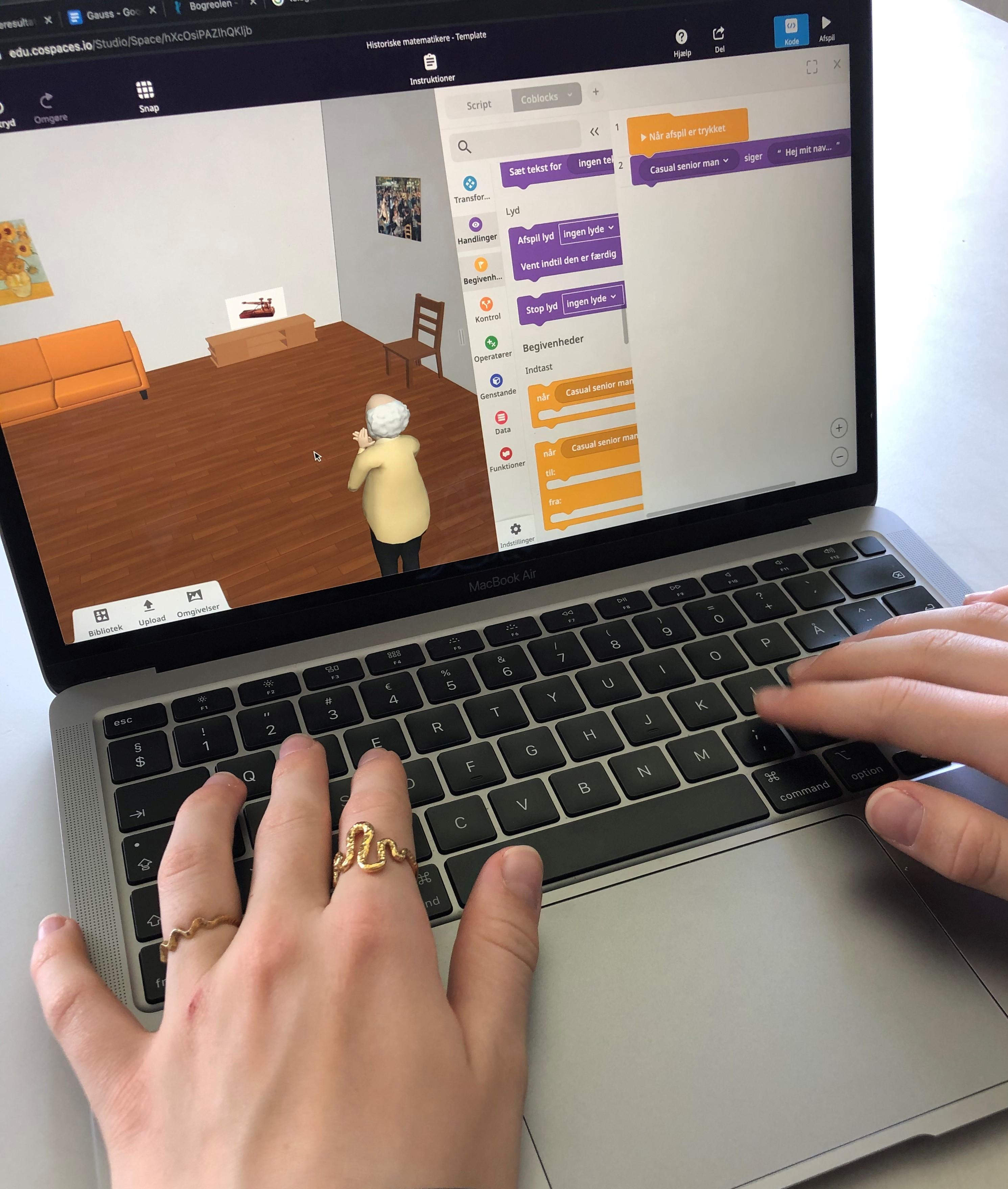 Elev koder avatarer og verdner i CoSpaces