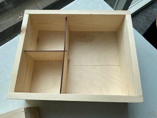 Indretning af kasse med tre rum