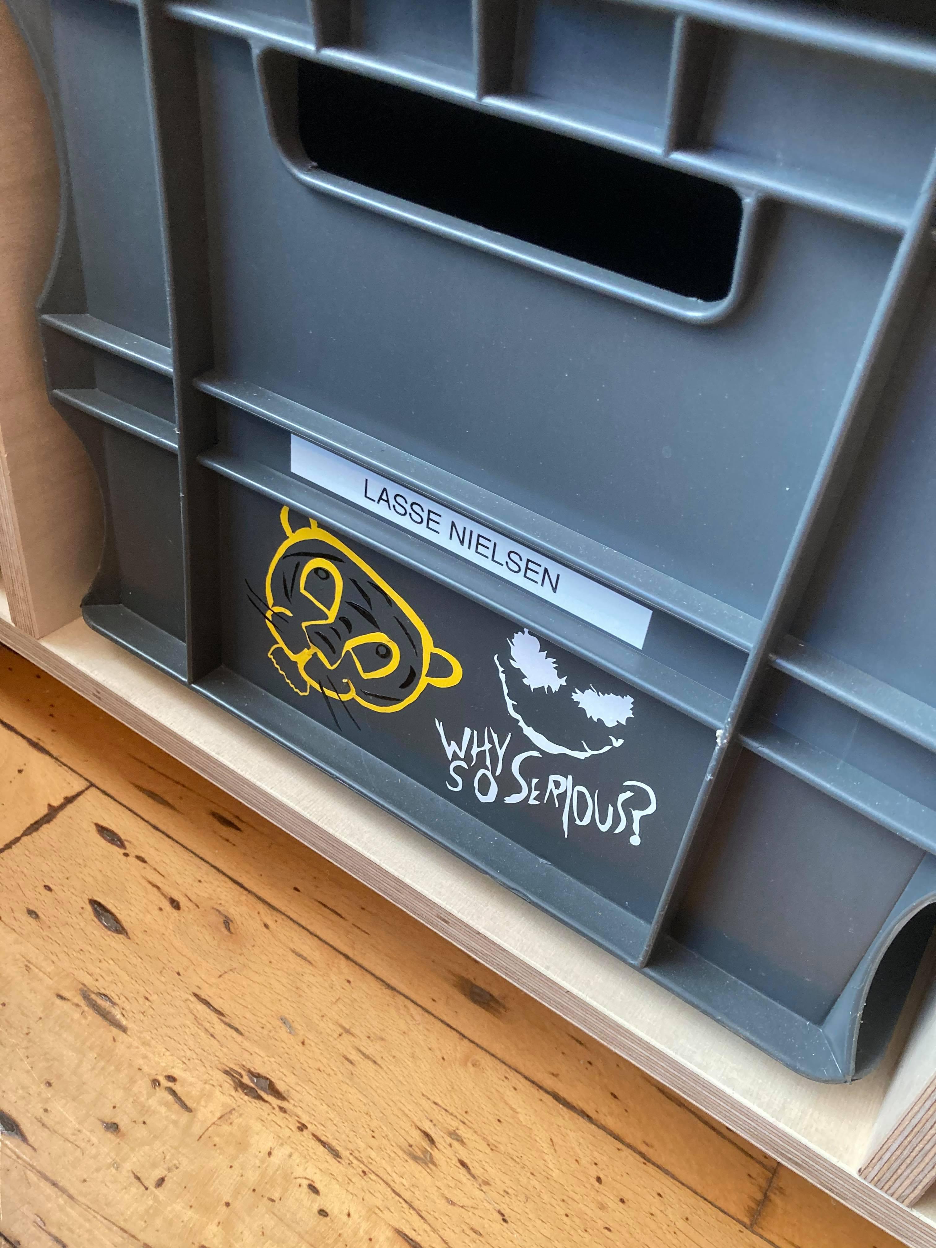 Elev har personificeret sin kasse i klassen med personlige klistermærker skabt på vinylskærer