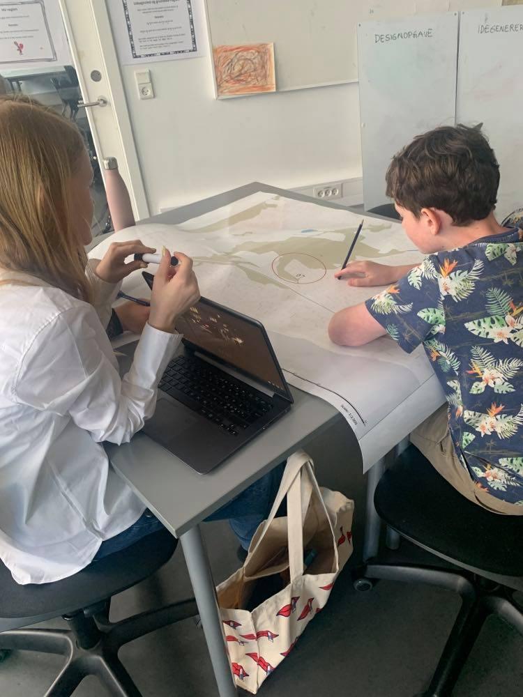 Elever undersøger infrastruktur ved at kigge på kort