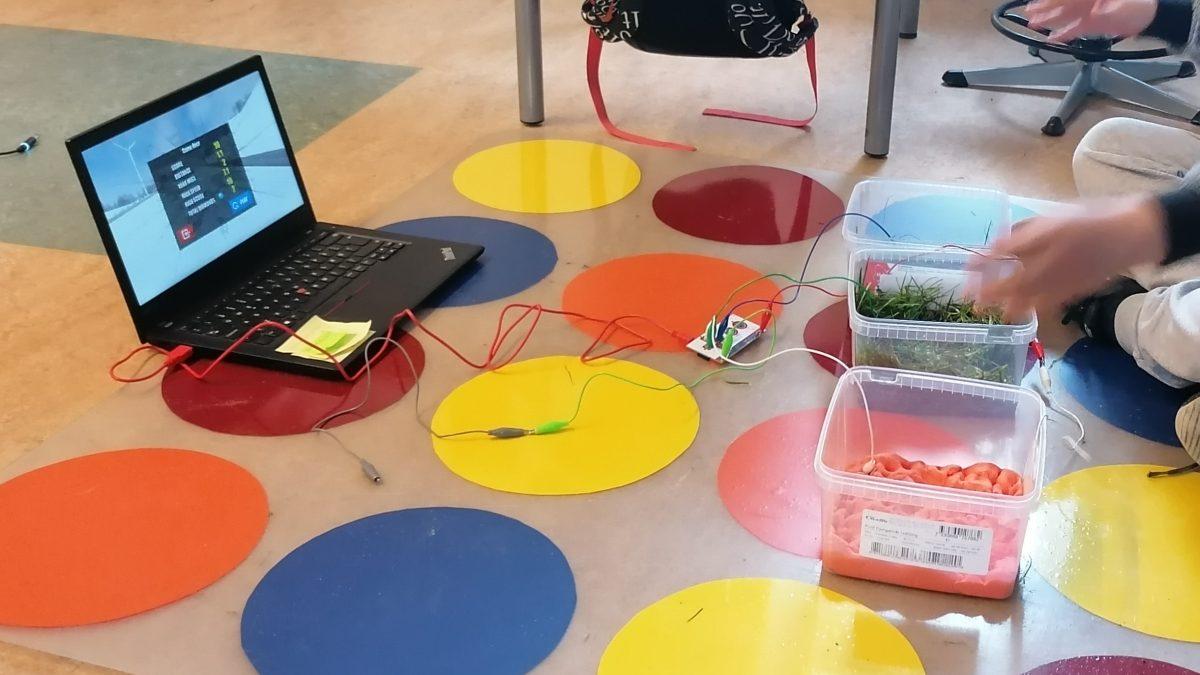Elever har konstrueret en controller af perler med makeymakey til at styre deres computerspil med