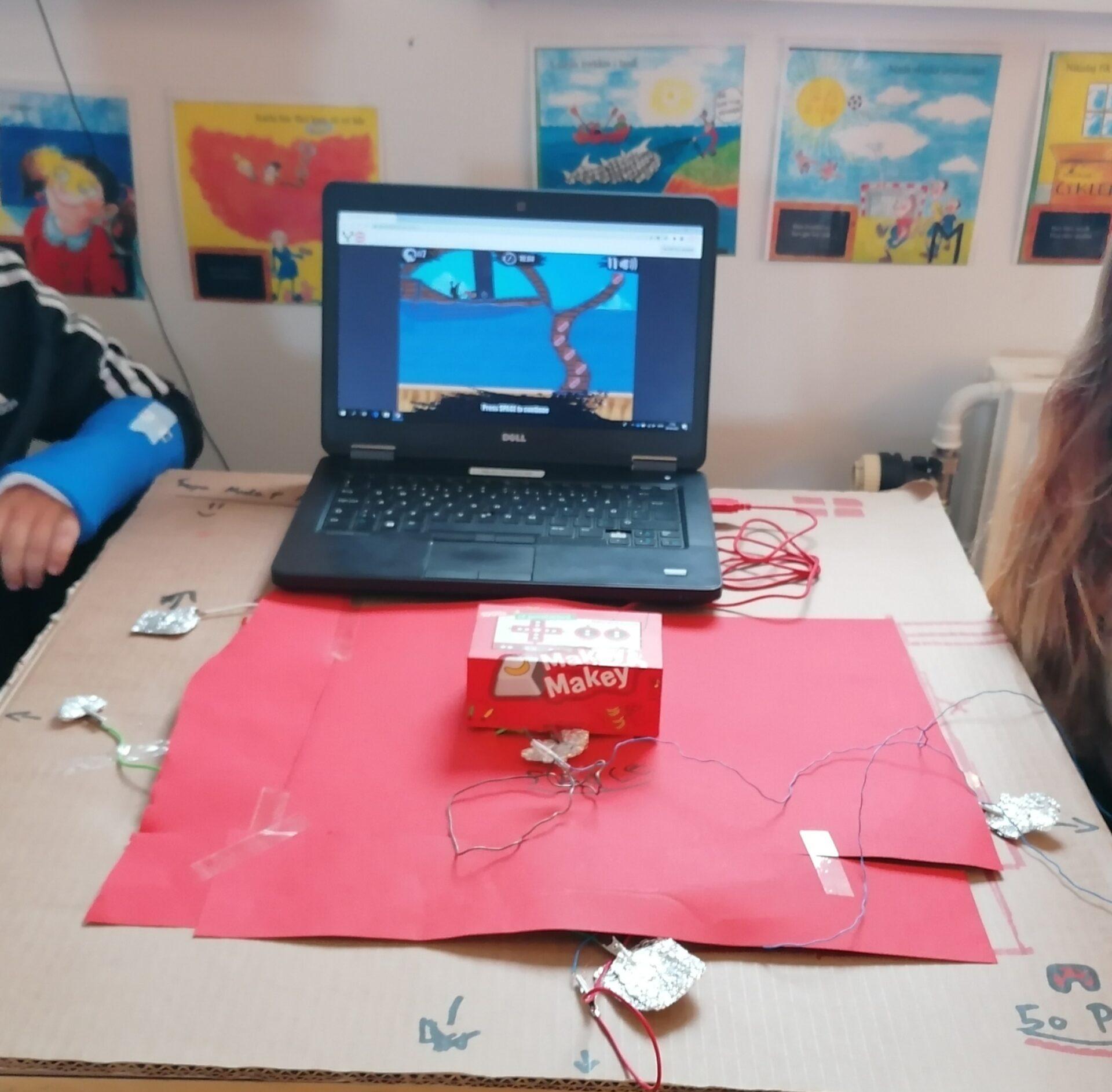 Elever har lavet en controller af en papæske placeret på et stykke rødt karton