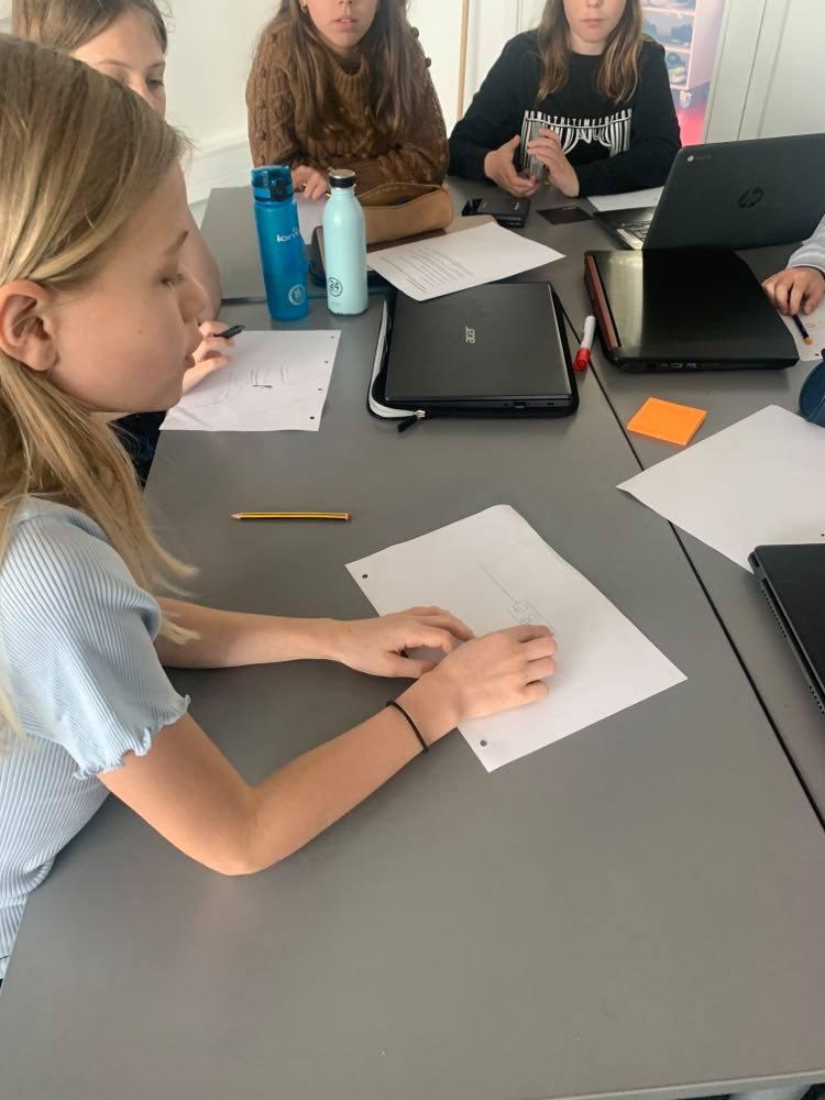 Elever idégenererer på designudfordring ved hjælp af forskellige materialer