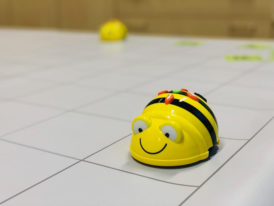 Billede af gul programerbar Beebot