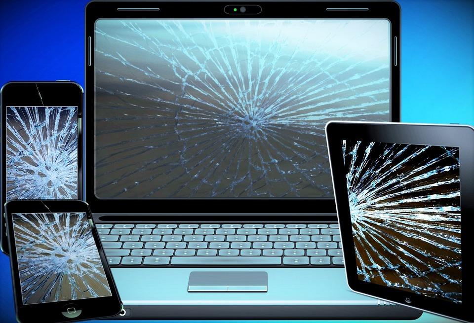 PC, Tablet og telefon med ødelagte skærme som illustration på elektronikaffald