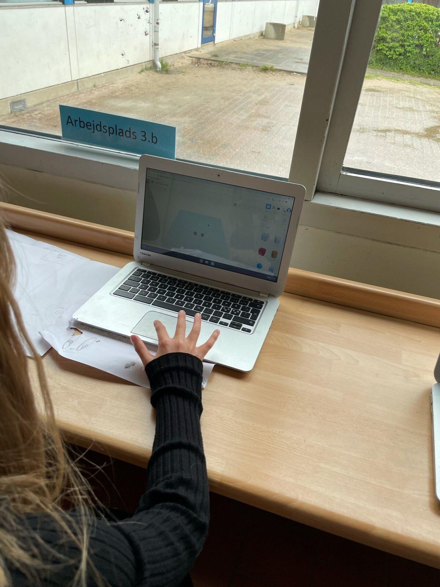 Elev arbejder med TinkerCad
