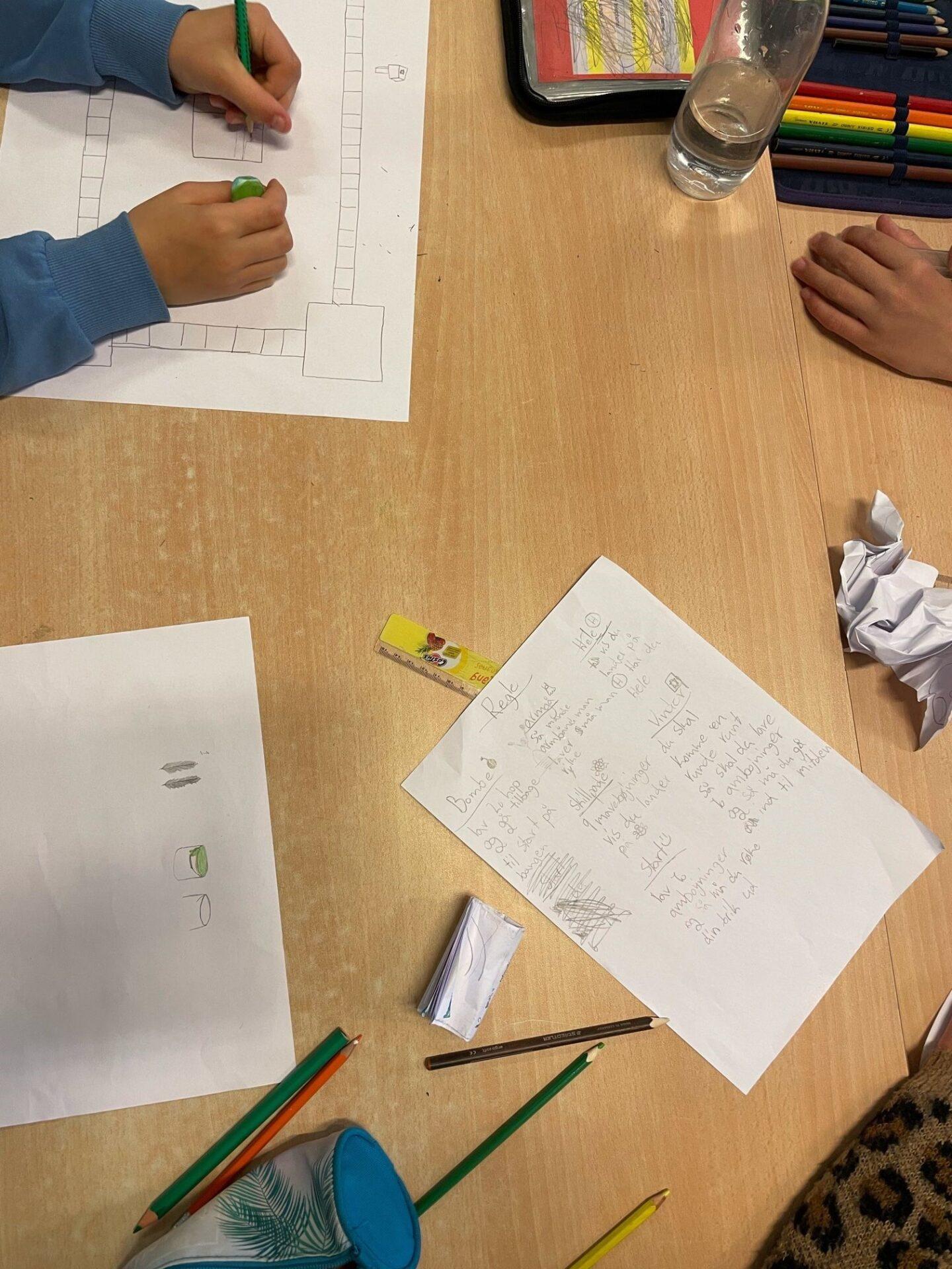 Elever tegner mockup af spil