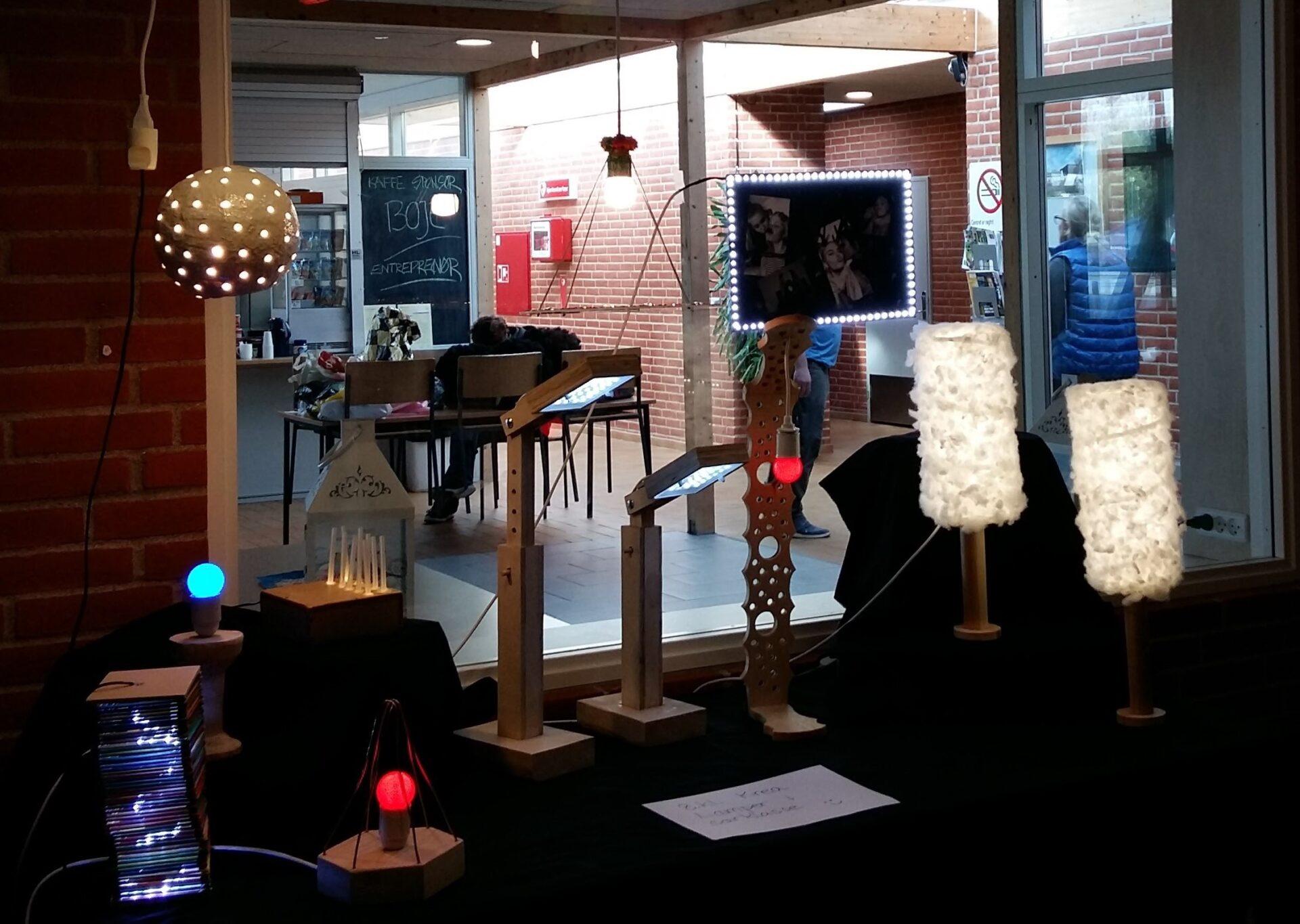 Udstilling af lamper, som kan styres på forskellig vis ved hjælp af lyd, bevægelse mv.