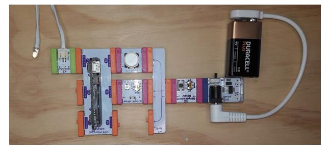Kredsløb lavet af et batteri og små komponenter af littlebits