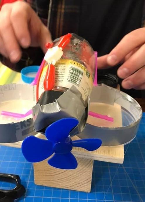 Elev har bygget en model af en skøjteløber af dåser og låg. Det har en propel foran og er konstrueret, så det kan bevæge sig