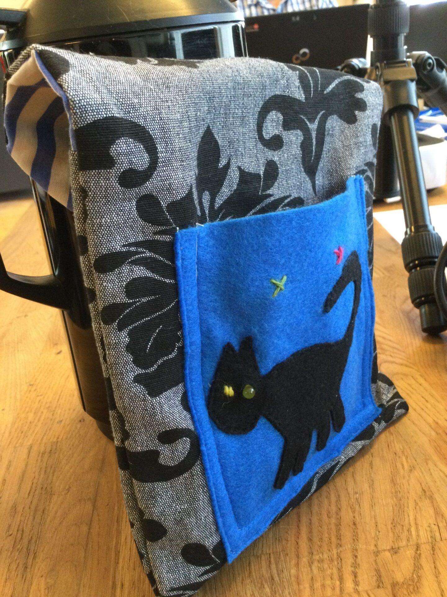 Taske med blå lomme med sort kat