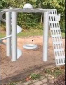 3Dmodel af et legeredskab i en skolegård. Der er forskellige klatremuligheder og en rutchebane i redskabet